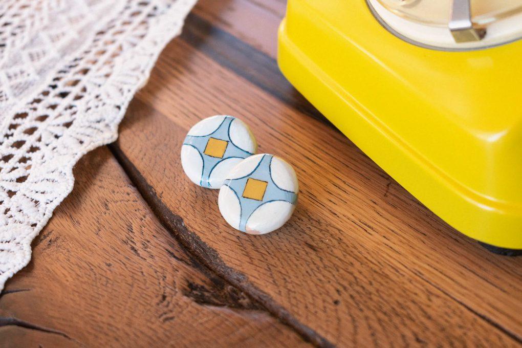 Orecchini tondi a bottone vintage della collezione Texture '60