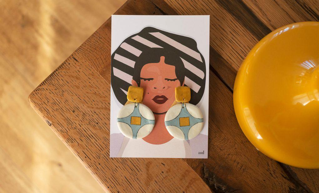Illustrazione del packaging degli orecchini pendenti tondi a bottone vintage della collezione Texture '60