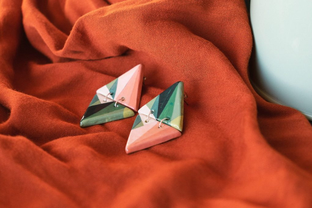 Orecchini pendenti triangolari della collezione Texture '60