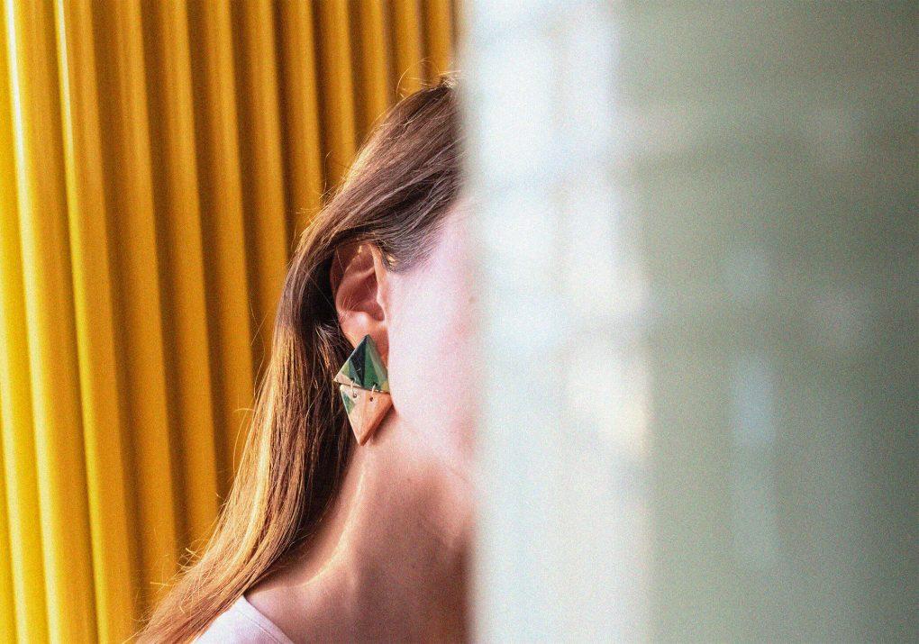 Orecchini pendenti triangolari della collezione Texture '60 indossati