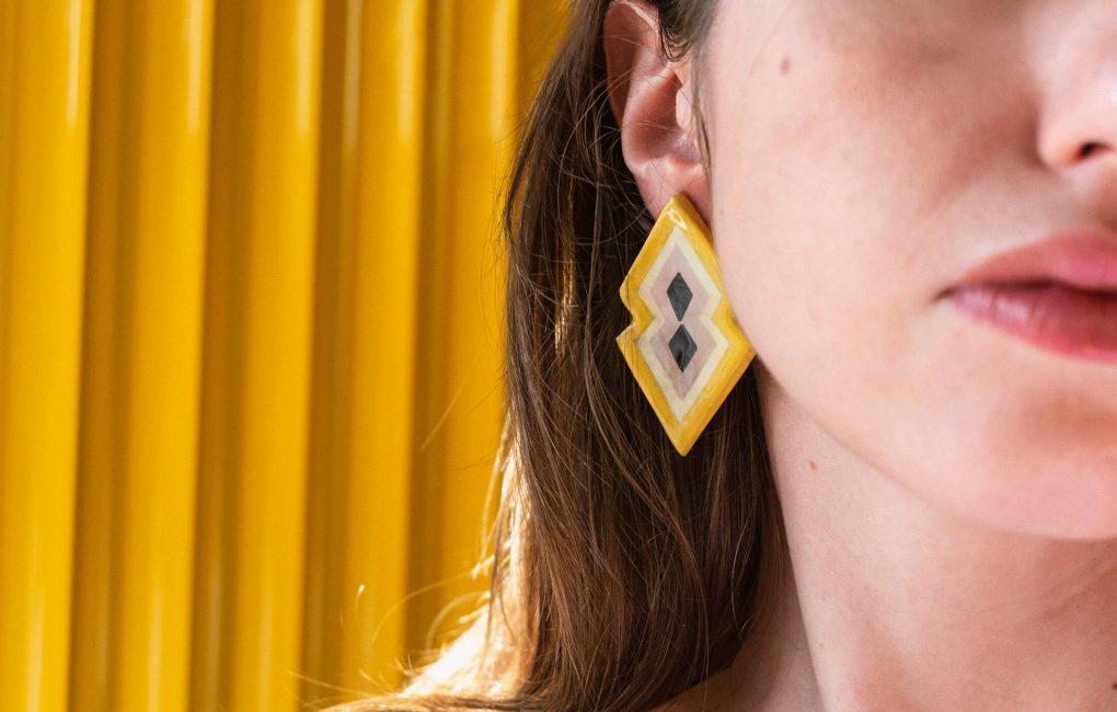 Orecchini indossati a lobo grandi giallo e lilla della collezione Texture '60