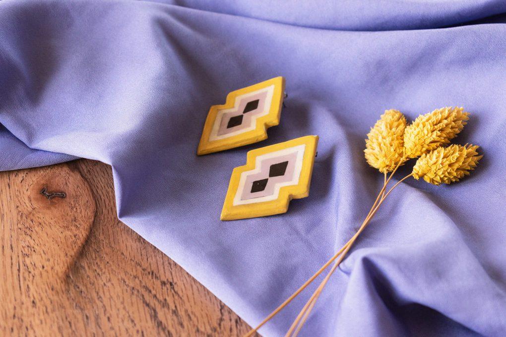 Orecchini lobo grandi giallo e lilla della collezione Texture '60