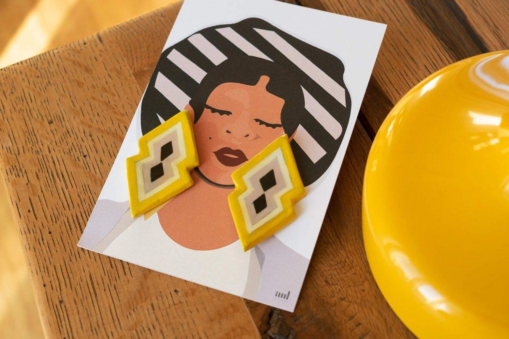 Illustrazione del packaging orecchini a lobo grandi giallo e lilla della collezione Texture '60