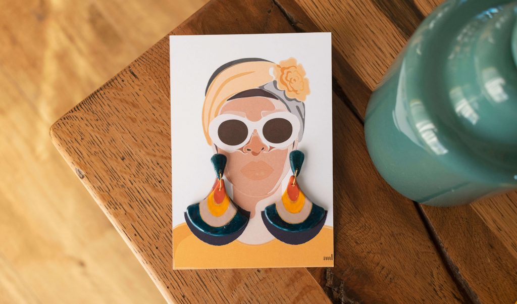 Illustrazione del packaging degli orecchini pendenti blu navy della collezione Texture '60