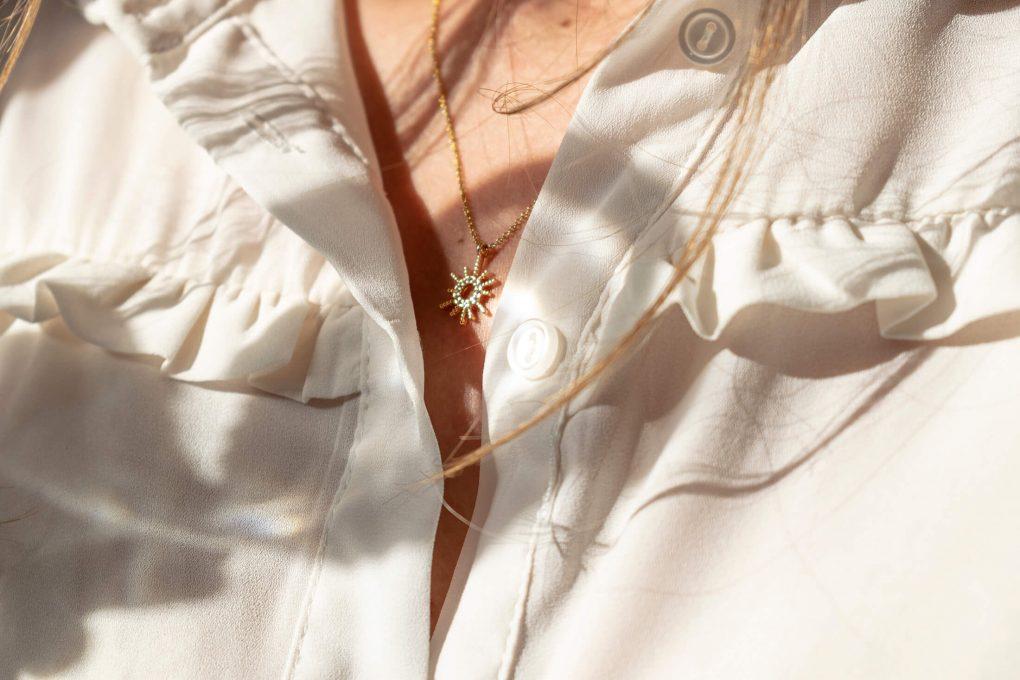 Collana con ciondolo sole in argento 925 e zirconi, indossata