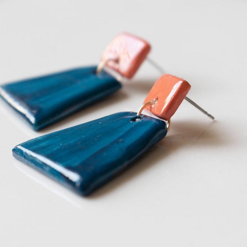 Minimal 60: orecchini pendenti in ceramica siciliana dipinti a mano, color corallo e blu navy