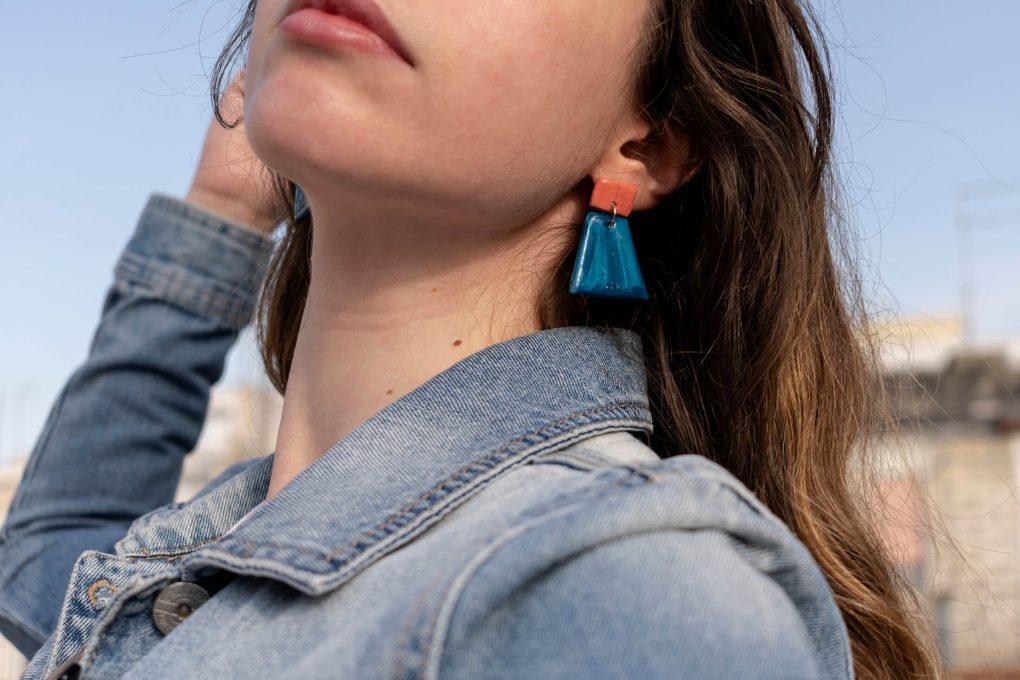 Minimal 60: orecchini pendenti in ceramica siciliana dipinti a mano, color corallo e blu navy_indossati