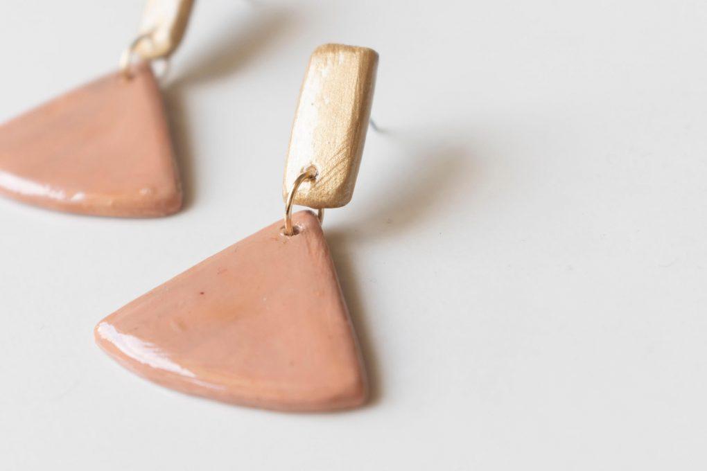 Minimal 60: orecchini pendenti in ceramica siciliana dipinti a mano, color rosa cipria
