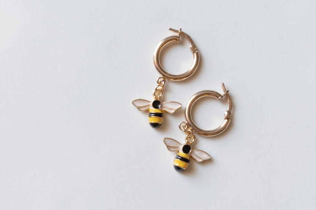 Orecchini a cerchio con api realizzati in argento 925
