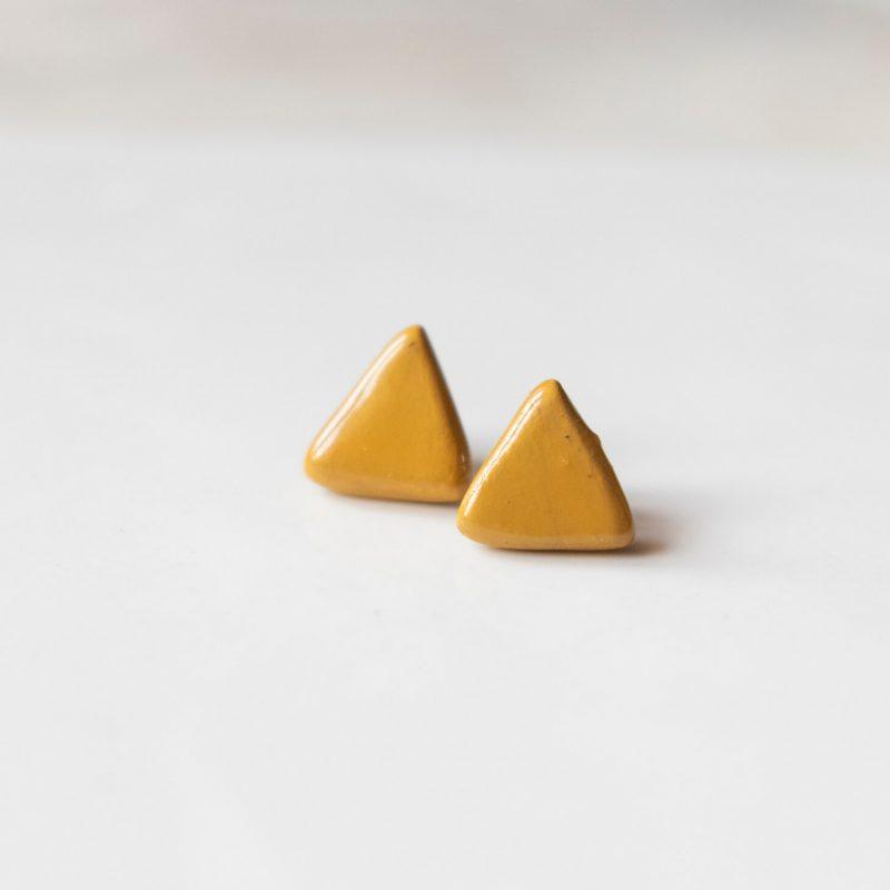 Orecchini lobo giallo ocra in ceramica siciliana: Minimal minitria