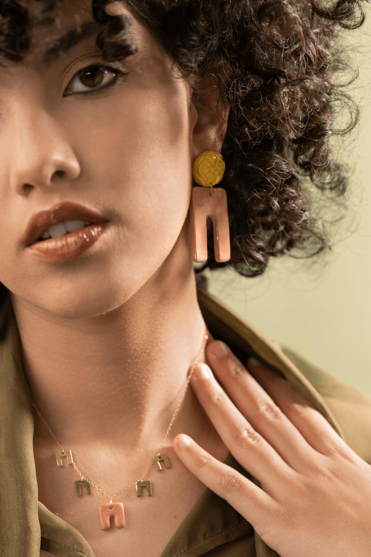 Orecchini e collana girocollo artigianale Maria con maiolica siciliana in rilievo, orecchini artigianali, orecchini in ceramica, collana in ceramica, maioliche siciliane, collezione Armamè
