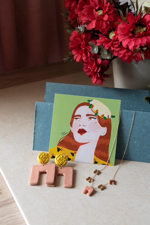 Illustrazione, orecchini e collana girocollo artigianale in ceramica linea Maria