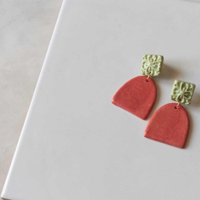 Orecchini Rosalia con maiolica siciliana in rilievo, orecchini artigianali, orecchini in ceramica, maioliche siciliane