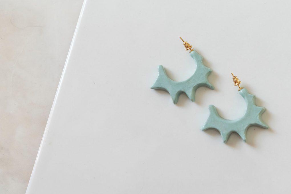 Orecchini a cerchio Ionica, orecchini azzurri, orecchini ceramica smaltata e dipinta a mano, orecchini estivi