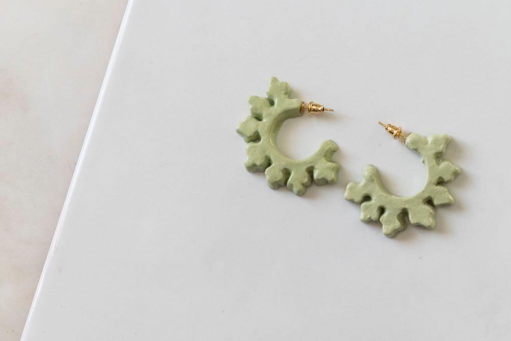 Orecchini a cerchio Ionica, orecchini verde chiaro, orecchini ceramica smaltata e dipinta a mano, orecchini estivi
