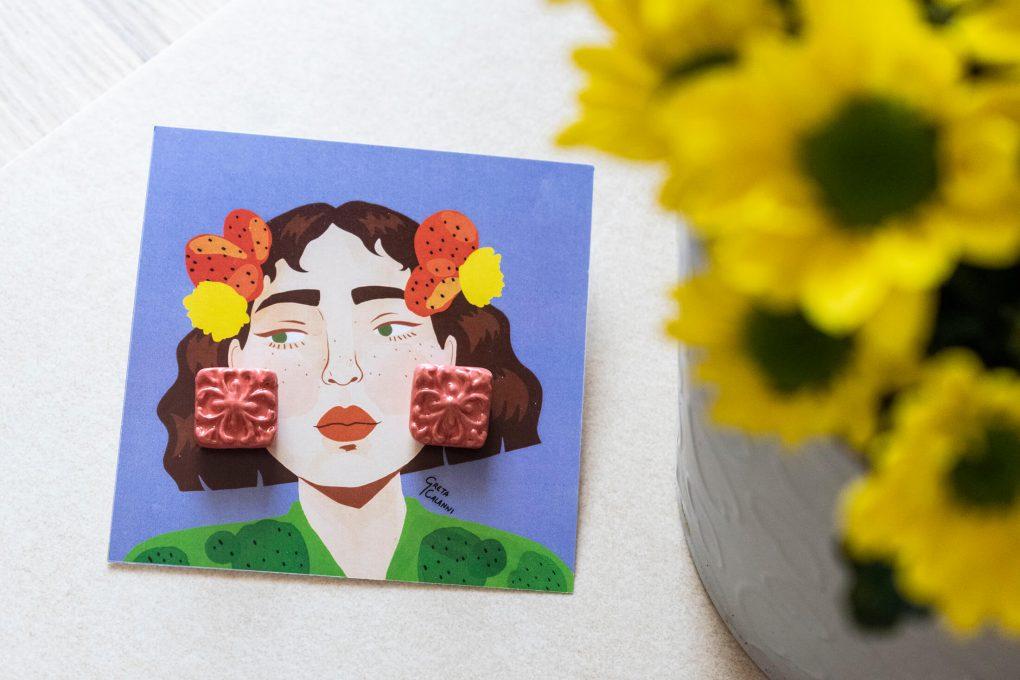 Orecchini Rosalia con maiolica siciliana in rilievo, orecchini artigianali, orecchini in ceramica, maioliche siciliane, orecchini lobo estivi