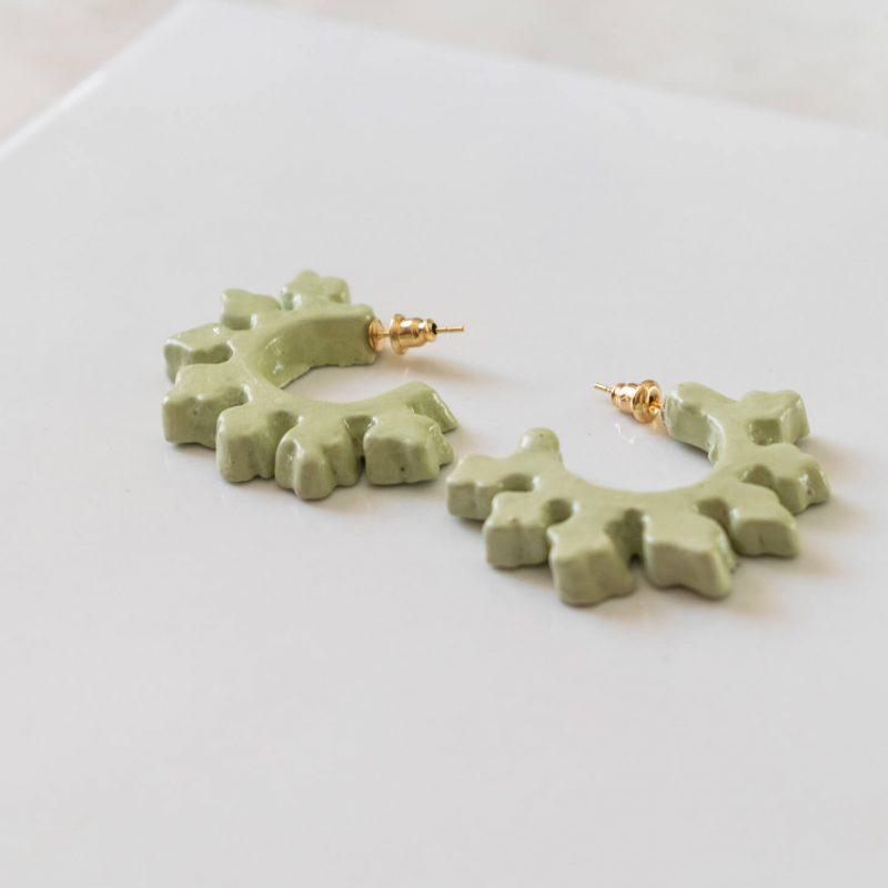 Orecchini a cerchio Ionica, orecchini verde chiaro, orecchini ceramica smaltata e dipinta a mano