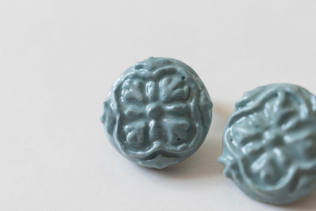 Orecchini Maria con maiolica siciliana in rilievo, orecchini artigianali, orecchini in ceramica, maioliche siciliane, orecchini lobo estivi, orecchini bottone maioliche