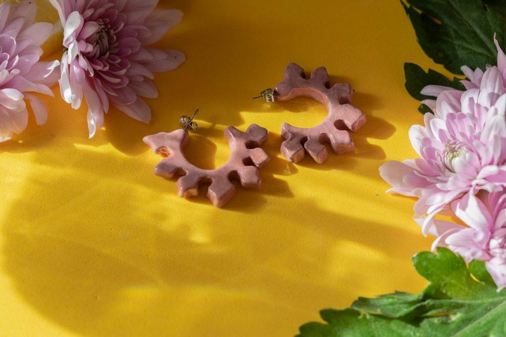 Orecchini a cerchio Ionica, orecchini lilla chiaro, malva, orecchini ceramica smaltata e dipinta a mano, orecchini estivi