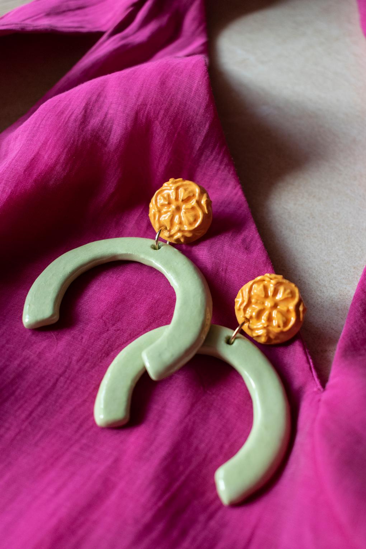 Orecchini Maria con maiolica siciliana in rilievo, orecchini artigianali, orecchini in ceramica, maioliche siciliane, orecchini estivi